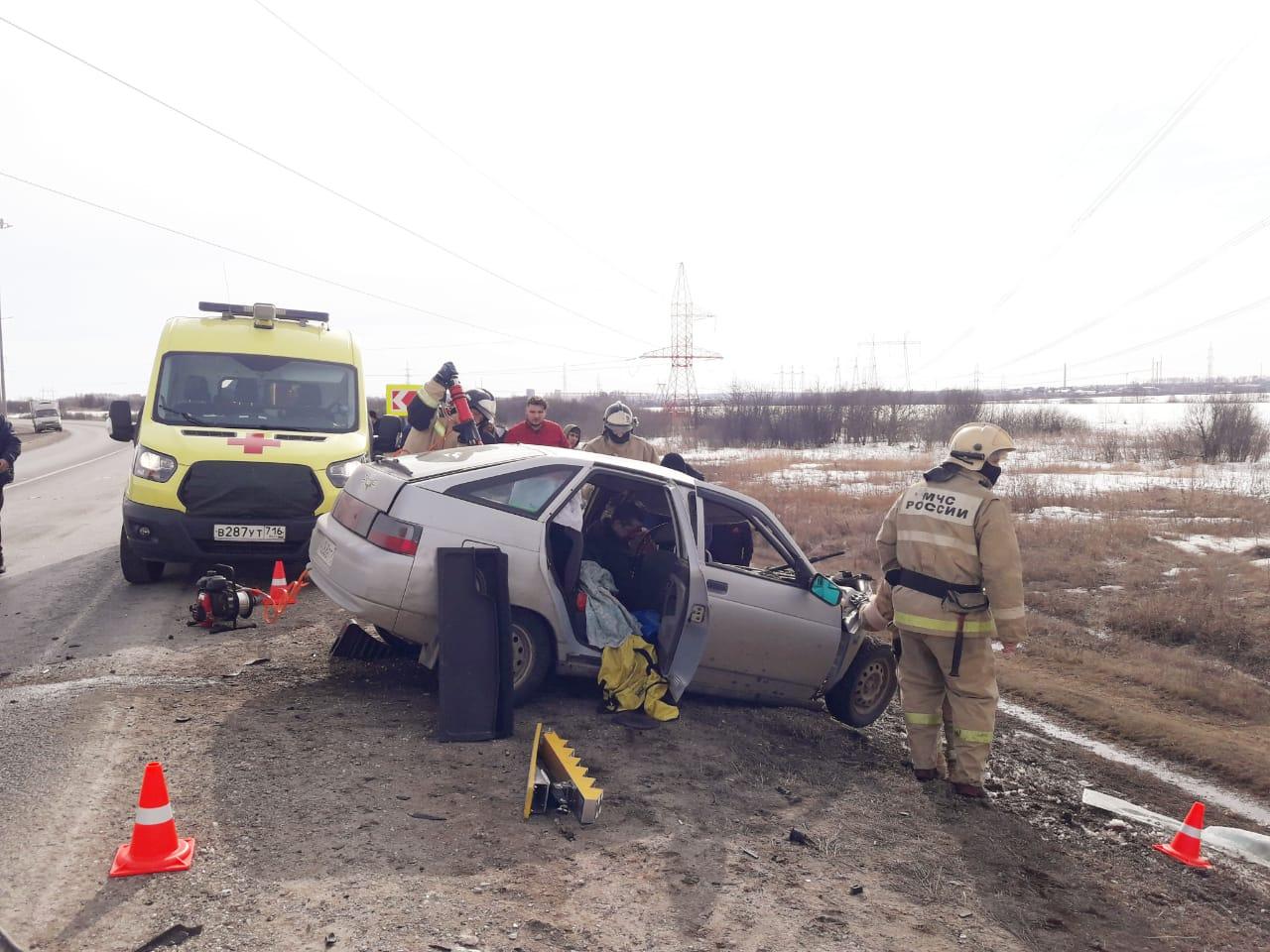 В Татарстане легковушка превратилась в груду металла, столкнувшись лоб в лоб с грузовиком