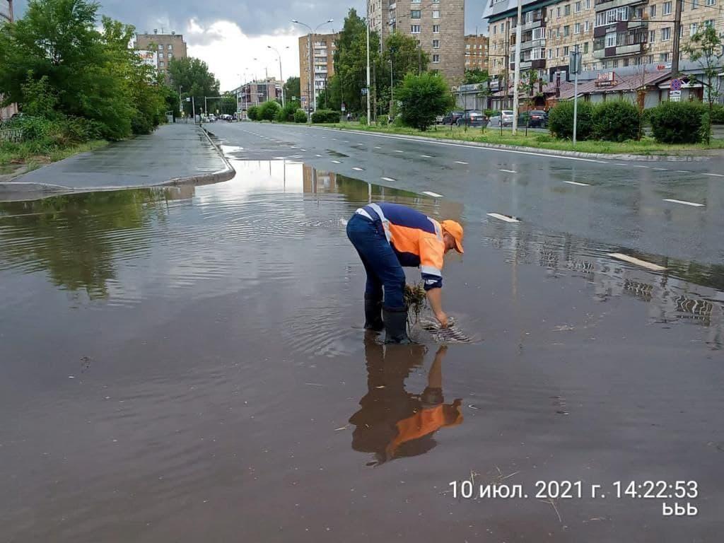 Исполком Казани отчитался об очистке ливневок, которые засорились после очередного ливня