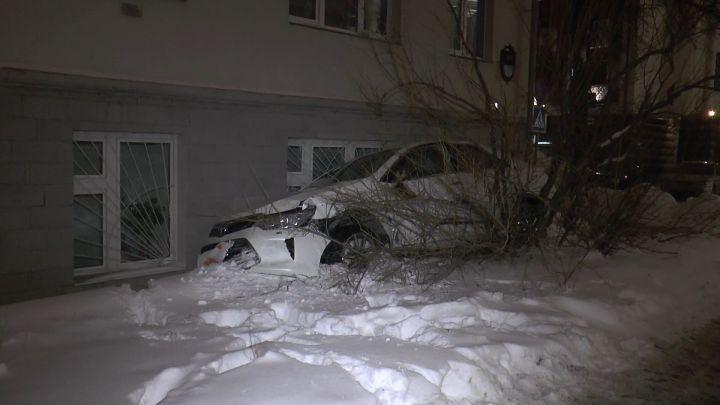 Toyota врезалась в дом в центре Казани