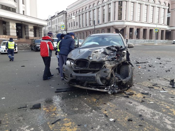 В центре Казани столкнулись BMW и Toyota: пострадал ребенок
