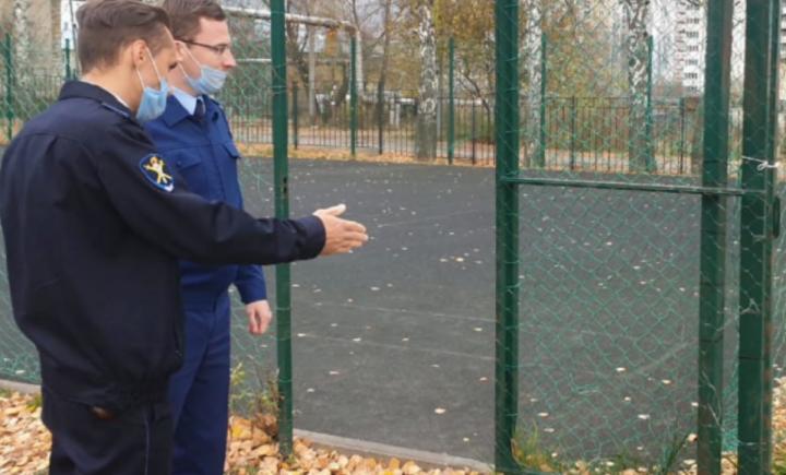 Прокуратура Казани обязала руководство школы привести в порядок спортплощадку, где ребенок получил травму