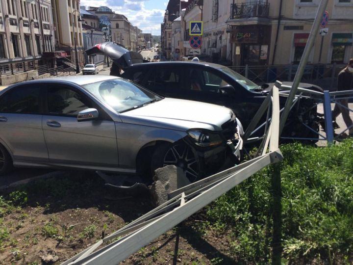 Две иномарки снесли забор в результате ДТП в центре Казани
