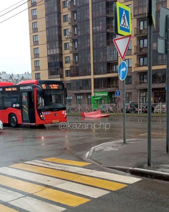 Комитет по транспорту прокомментировал ситуацию с автобусом, у которого «сорвало крышу»