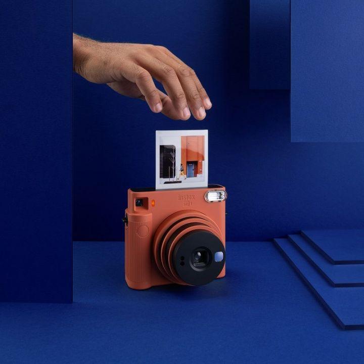 Минималистичная камера square*-формата Instax SQ 1 от компании Fujifilm