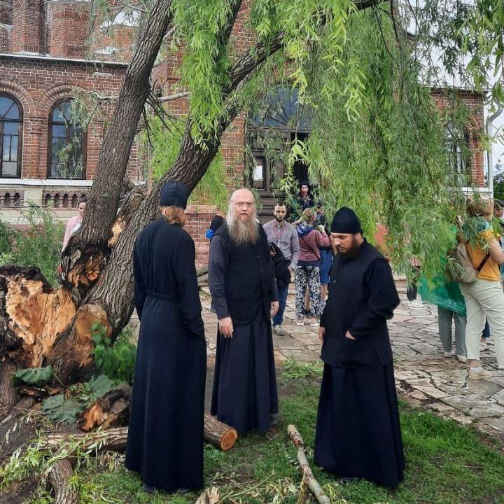В Свияжске молния ударила в дерево рядом с Троицкой церковью