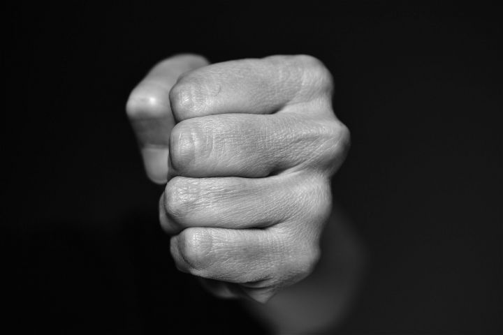 В Челнах мужчина до смерти избил мать за отказ дать денег на такси