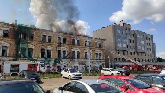 Историческое здание XIX века загорелось в центре Казани