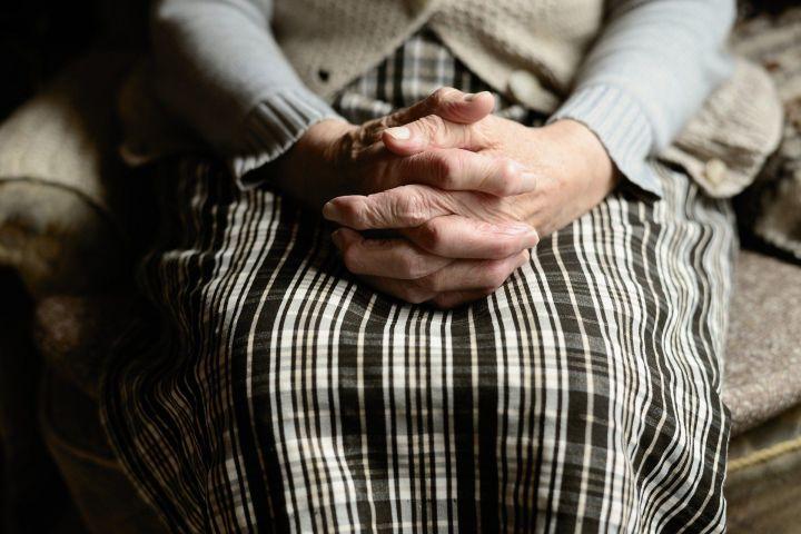В Набережных Челнах из окна многоэтажки выпала пенсионерка