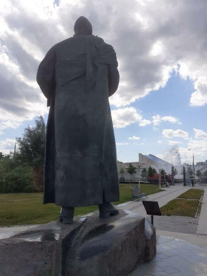 Мэрия Казани отчиталась об очистке памятника Кул Гали, который разрисовали вандалы