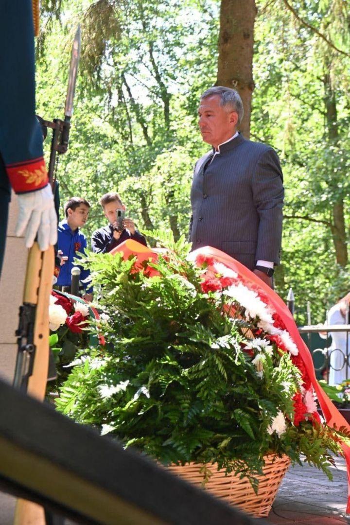 Минниханов возложил цветы к могиле солдат, погибших в Великой Отечественной войне