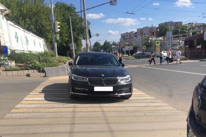 Сотрудники ГИБДД оштрафовали водителя за стоянку на пешеходном переходе