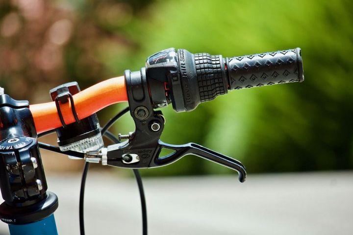 В Казани иномарка сбила женщину, которая пересекала зебру на велосипеде