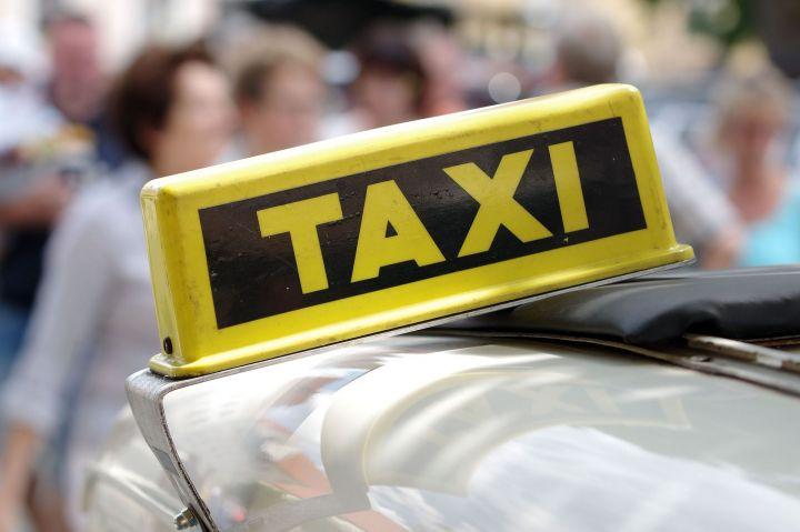 Глава ГИБДД предложил запретить допуск к агрегаторам такси водителям с маленьким стажем