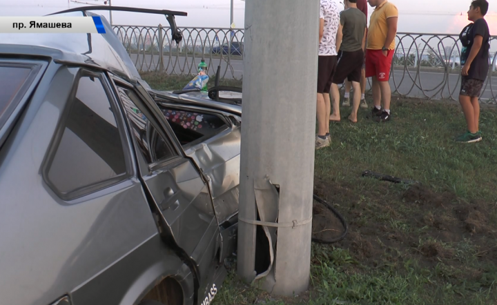 В Казани водитель «Лады» не справился с управлением и влетел в столб