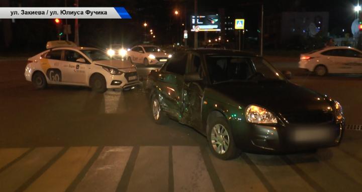 В Казани такси с пассажирами попало в ДТП