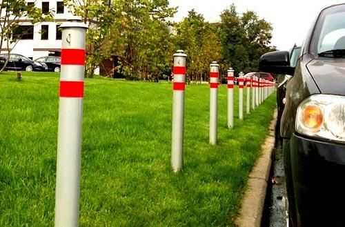 В Челнах водители сшибают столбы-ограничители на дворовых дорогах