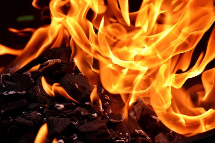 В Казани загорелся заброшенный дом на улице Шуртыгина