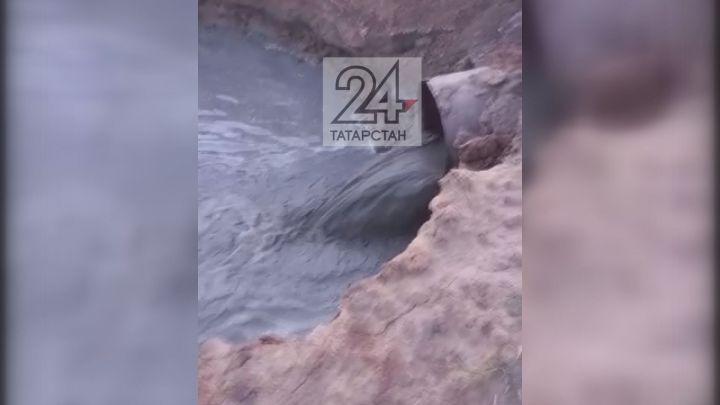 Жители казанского поселка увидели черное пятно на Волге