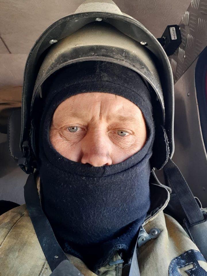 В Татарстане пожарный помог доехать до дома пенсионеру, которому стало плохо на жаре