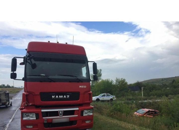 В Татарстане водитель легковушки сломал позвоночник, столкнувшись с «КамАЗом»