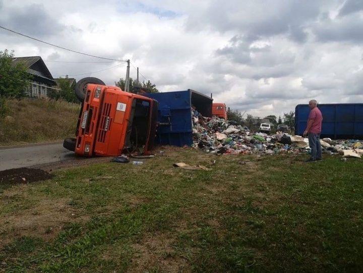 В Нижнекамском районе на въезде в село опрокинулся «КАМАЗ»  с мусором