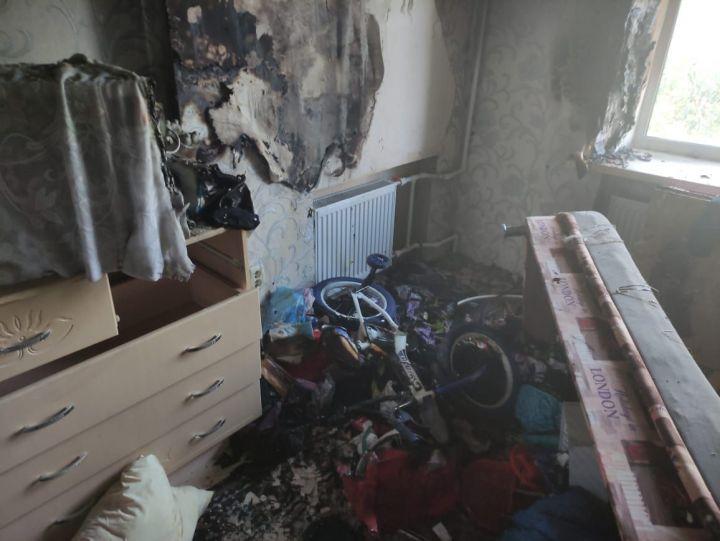 В Казани пожарные спасли из горящей квартиры ребенка