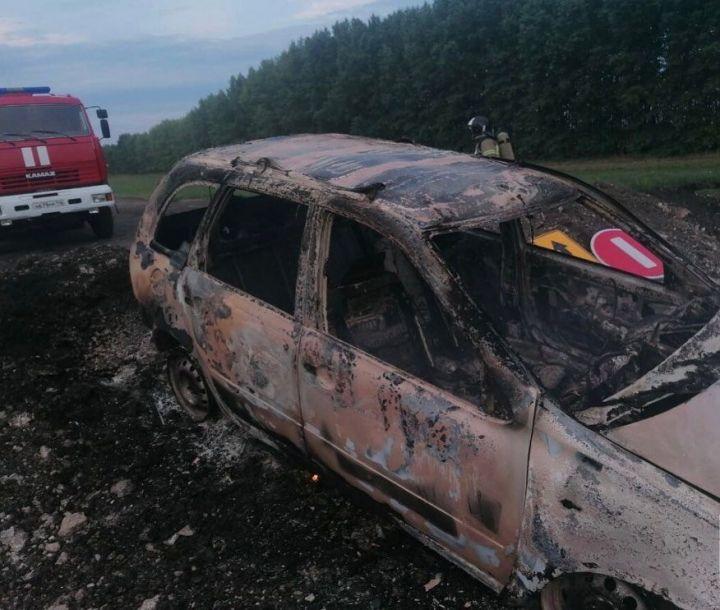 На трассе в Татарстане «Лада» влетела в насыпь и моментально вспыхнула