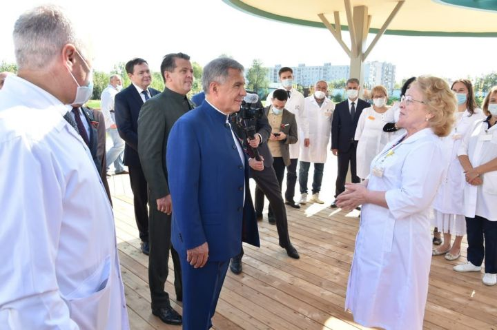 Минниханов посетил обновлённый парк «Малое Чайковое озеро»