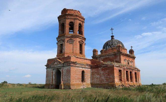 В Татарстане два старинных храма превратили в коровник и зернохранилище