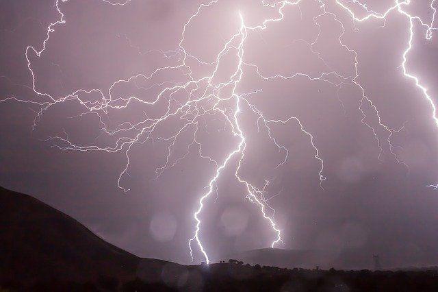 Татарстанцев предупредили о грозе и сильном ветре