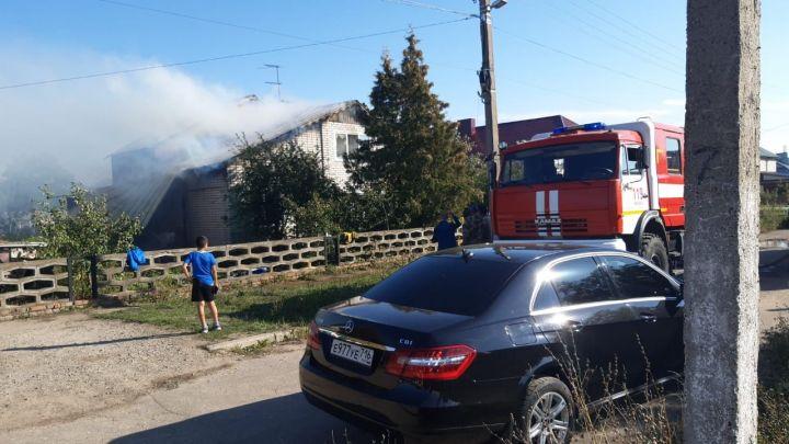 В Татарстане на пожаре погибли отец и сын