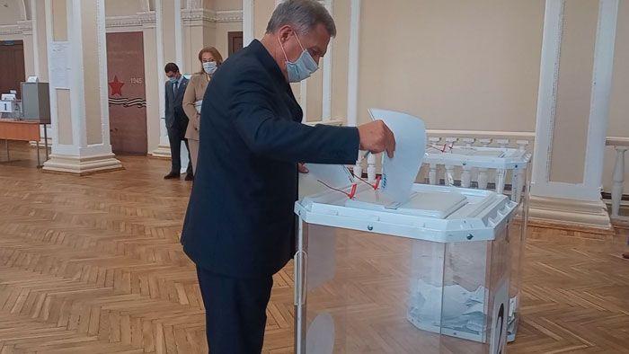 В Казани на выборах в Госдуму Рустам Минниханов уже отдал свой голос