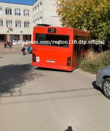 Соцсети: в Казани автобус провалился в яму