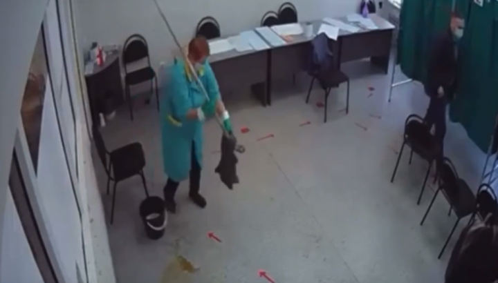 В Казани избиратель пролил кофе на наблюдателя