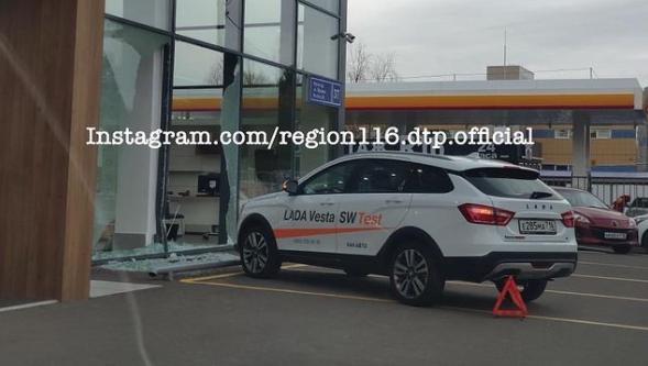 В Казани покупательница на тестовом автомобиле разбила стекло автосалона