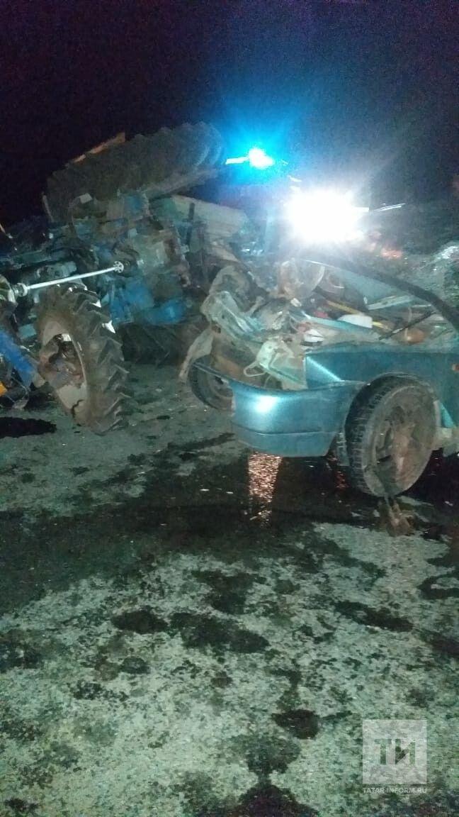 Три человека пострадали в ДТП с трактором на трассе в Татарстане