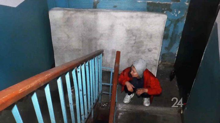 В Казани мужчина поселился на лестничной клетке из-за конфликта в семье