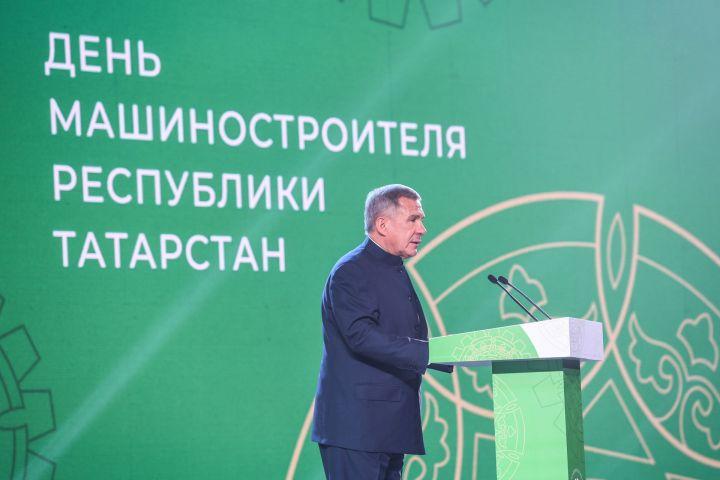 Минниханов поздравил татарстанцев с Днем машиностроителя