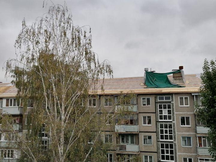 В Казани рабочие в июле разобрали крышу многоэтажки и до сих пор ее не отремонтировали