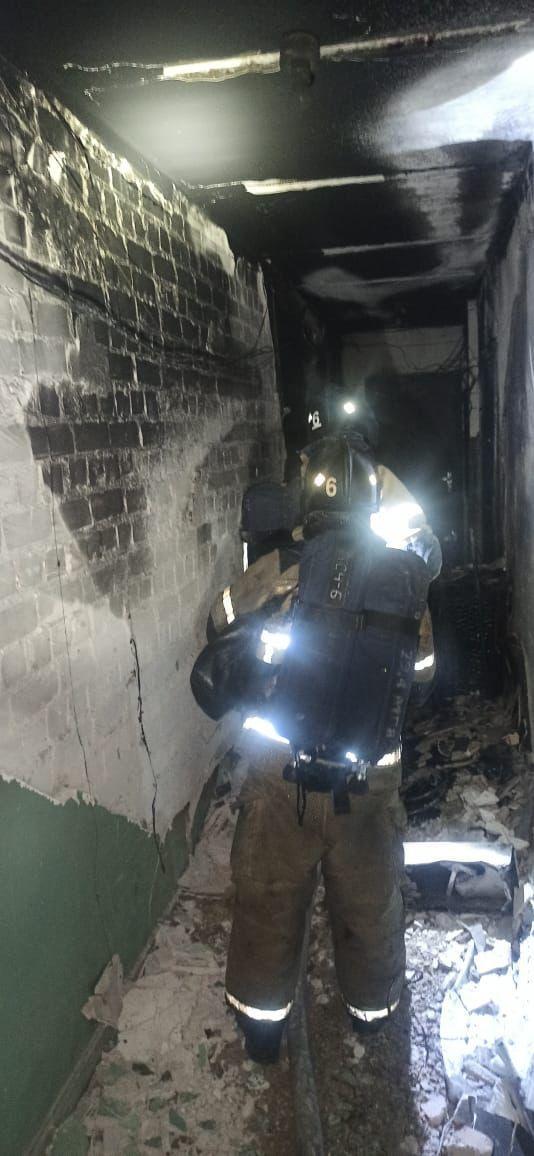 Двух человек спасли из горящей квартиры в Казани