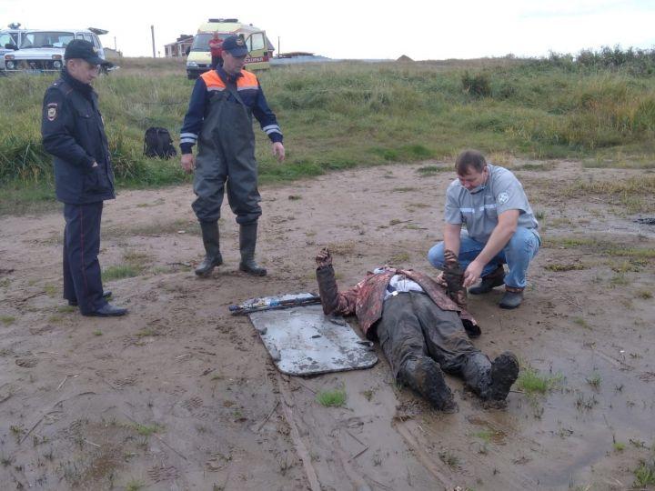 В Татарстане рыбака по пояс засосало в ил