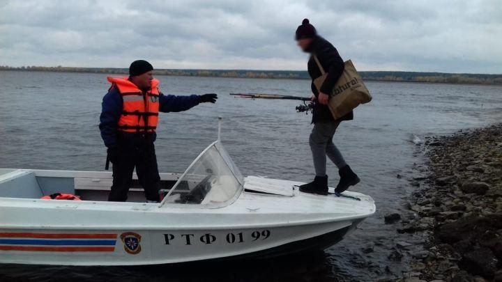 В Челнах рыбак не мог покинуть берег реки Кама и едва не замерз