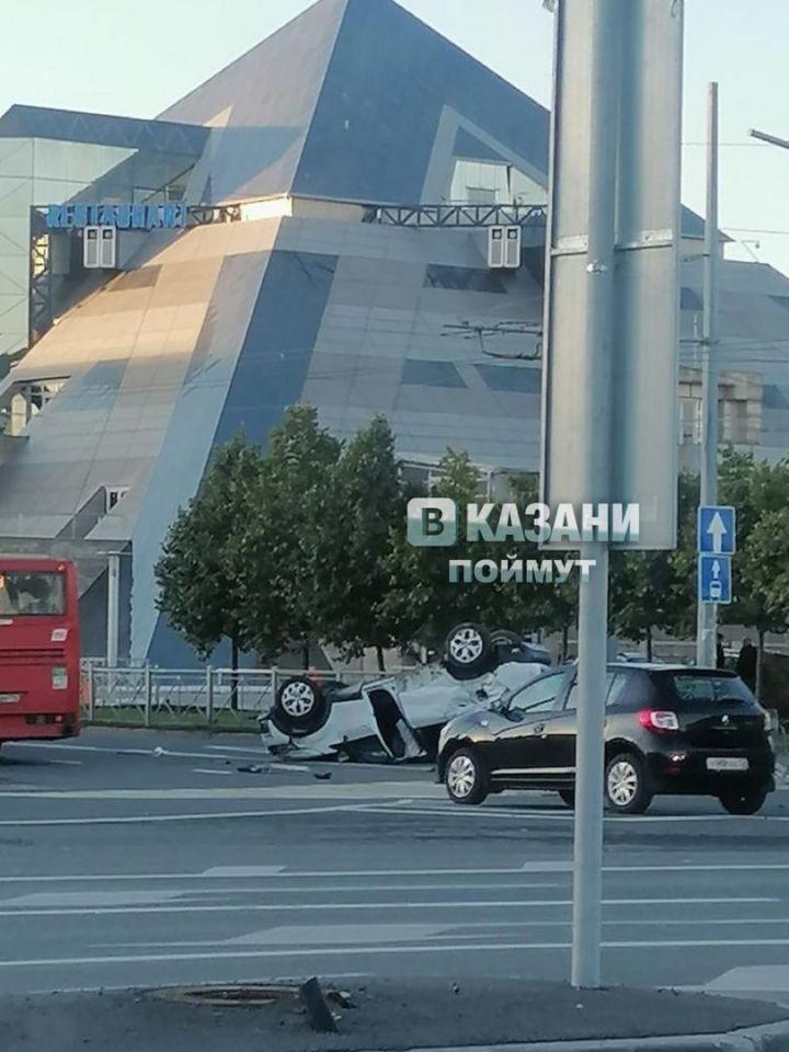 В Казани возле «Пирамиды» перевернулся автомобиль